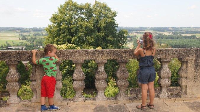 Uitzicht vanaf het kasteel én de balustrade waar 'prima' een peuter doorheen past