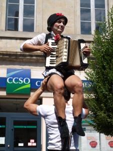 Acrobatiek en muziek maken: indrukwekkend straattheater